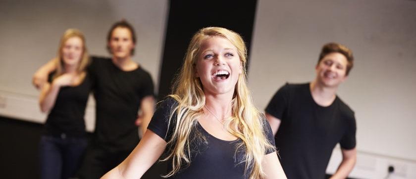 Atelier de théâtre thérapeutique pour adolescents à barcelone en français